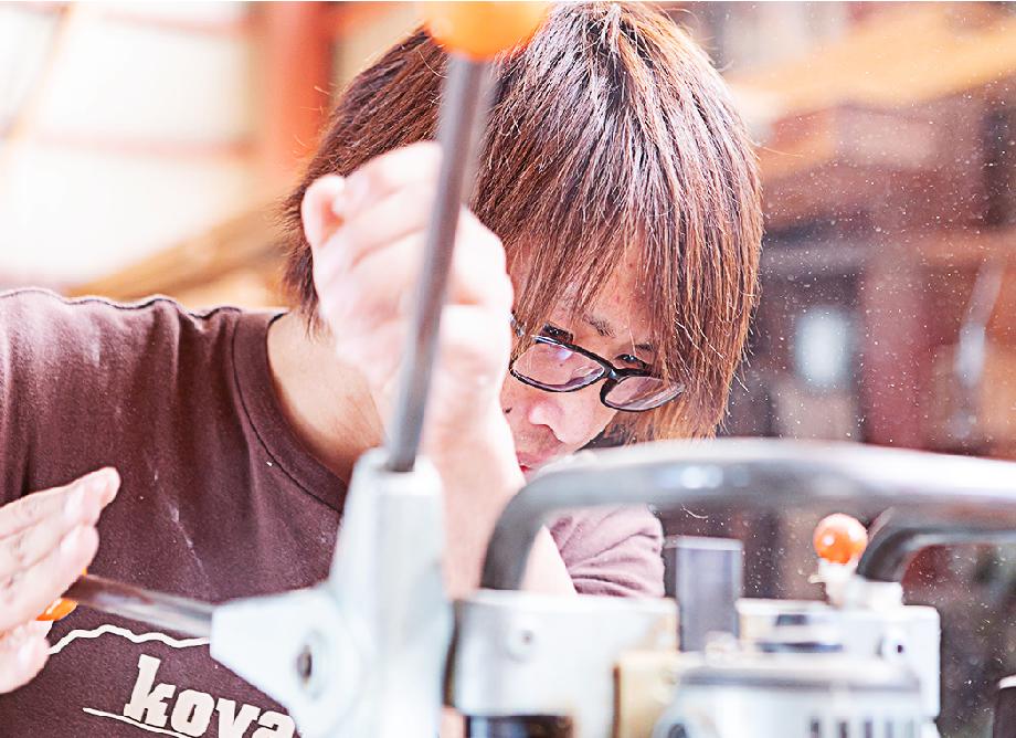 作業する若手技術者の写真